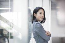 Вид сбоку на молодую китайскую предпринимательницу — стоковое фото