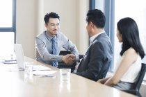Uomini d'affari che si stringono la mano dopo la riunione in ufficio — Foto stock