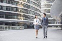 Азіатський ділових людей говорити на вулиці — стокове фото