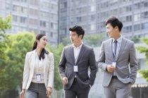 Китайський ділових людей говорити на вулиці — стокове фото
