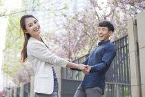 Китайская пара держалась за руки во время вращения — стоковое фото