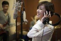 Banda musical chinês, gravando a música no estúdio — Fotografia de Stock