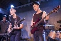 China grupo musical actuando en el escenario - foto de stock