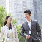 Les gens d'affaires chinois parlent dans la rue — Photo de stock