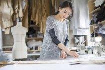 Créateur de mode chinois travaillant en studio — Photo de stock