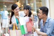 Chinesische Eltern überraschend Tochter mit Geschenk im Einkaufszentrum — Stockfoto