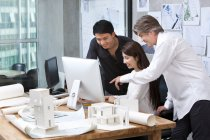 Reifer Mann und chinesischen Architekten arbeiten mit Computer im Büro — Stockfoto