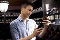 Chinese wählt Wein im Keller — Stockfoto