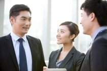 Chinesische Geschäftsleute mit Diskussion in Büro — Stockfoto