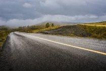 Carretera en prados de la provincia de Hebei, China - foto de stock
