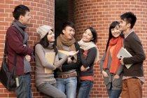 Studenti universitari cinesi in chat davanti al Palazzo dell'Università — Foto stock