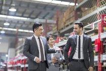 Gente di affari ne durante l'ispezione fabbrica industriale — Foto stock