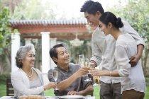 Chinesische Familienglück mit Champagner im freien feiern — Stockfoto