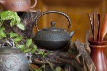 Bouilloire du fer Vintage sur la décoration en bois dans le salon de thé — Photo de stock