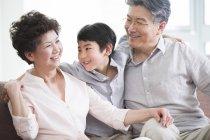 Grands-parents gai embrassant petit-fils chinois — Photo de stock