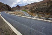 Route sinueuse au Tibet, Chine — Photo de stock