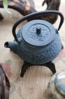 Gros plan de théière en fonte chinoise sur table — Photo de stock