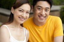 Ritratto di giovane coppia cinese in cerca di macchina fotografica — Foto stock