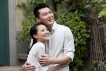 Китайская пара обнимается и смотрит на вид — стоковое фото