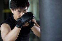 Portrait de l'homme chinois boxe en salle de gym — Photo de stock