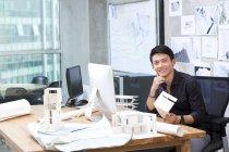 Architecte chinois de sexe masculin assis dans le Bureau — Photo de stock