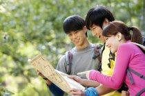 Chinesische Wanderer Parkplan im Wald — Stockfoto