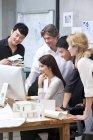 Multi-ethnischen Gruppe von Architekten, die im Büro mit computer — Stockfoto