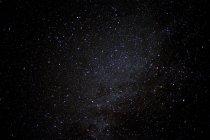 Четкие ночное небо заполнено с звездами — стоковое фото