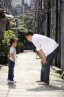 Китайський батько і син говорити в алея — стокове фото