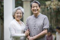 Allegri anziani cinese coppie che stanno sulla strada — Foto stock