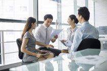 Деловые люди Китая обсуждают работу на встрече — стоковое фото