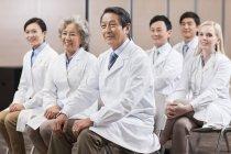 Chinesische medizinische Arbeiter sitzen bei treffen — Stockfoto