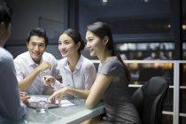Chinesische Business-Team sprechen in treffen — Stockfoto
