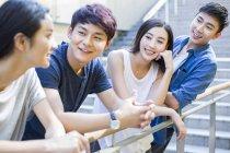Chinesische Freunde stehen und stützte sich auf Geländer — Stockfoto