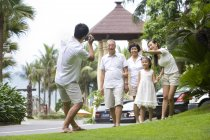 Chinese man filming multi-generation family on vacation — Stock Photo