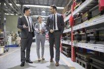 Hommes d'affaires parler alors qu'il inspectait une usine industrielle — Photo de stock