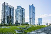 Современные здания и зеленая зона в Пекине, Китай — стоковое фото