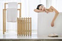 Chinesische Frau in der Badewanne entspannen und suchen in der Kamera — Stockfoto
