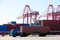 Крани і вантажні контейнери доставкою док — стокове фото