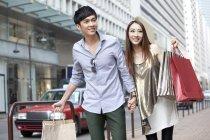 Китайська пару з сумками ходьби вулиці — стокове фото