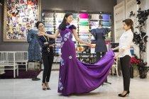 Китайський модельєрів вивчення одягати на замовника — стокове фото
