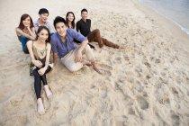 Groupe d'amis chinois assis sur la plage de Repulse Bay, Hong Kong — Photo de stock