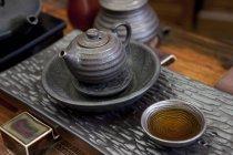 Chinesischen Teekanne und Tasse Tee auf Tisch — Stockfoto