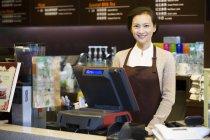 Garçonete chinês loja de café em pé na caixa registradora — Fotografia de Stock