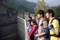 Turisti cinesi che guardano la vista sulla Grande Muraglia — Foto stock