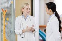 Weibliche Ärzte sprechen im Kinderkrankenhaus — Stockfoto