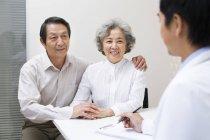 Coppia di anziani cinesi con medico in ospedale — Foto stock