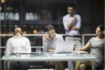 Squadra di affari cinesi stanco seduto sulla riunione — Foto stock