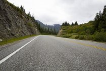 Vue de la route à travers montagnes — Photo de stock