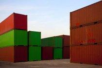 Грузовые контейнеры в доках в сумерках — стоковое фото